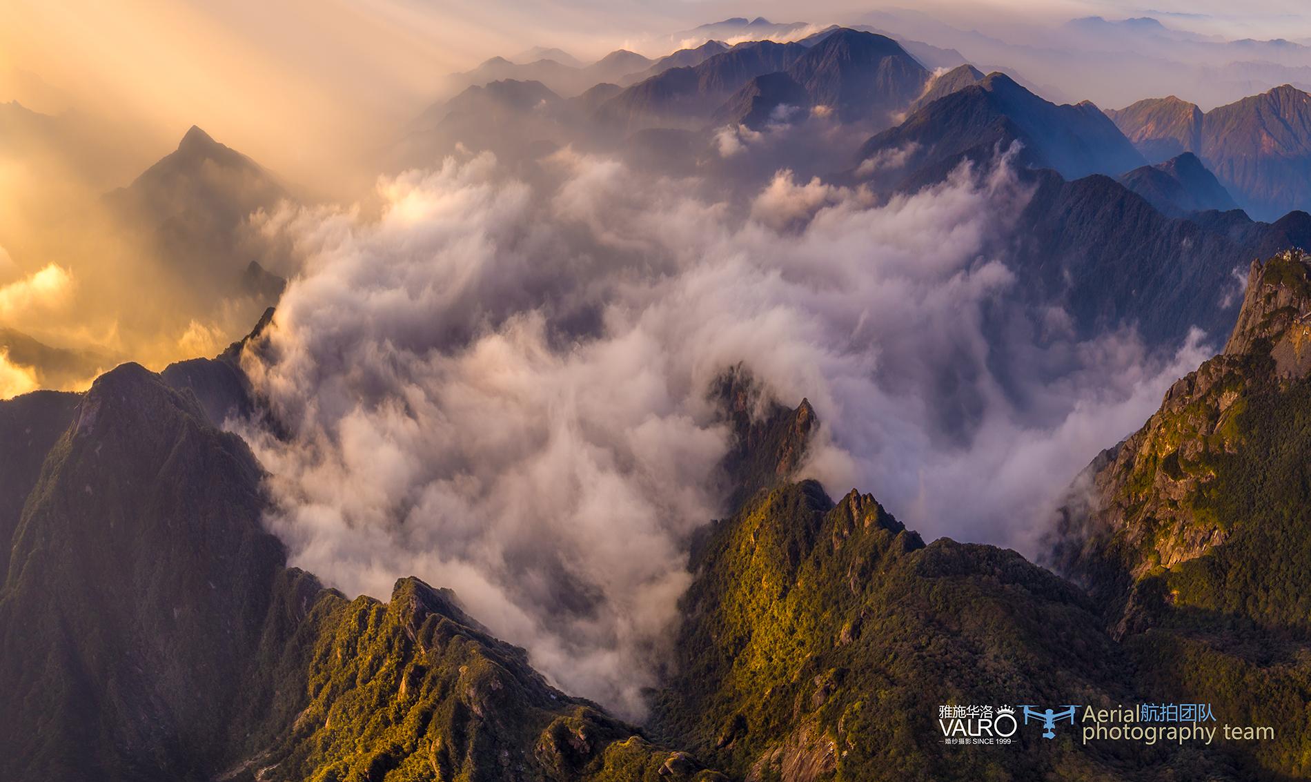 我们登上山顶,以为征服了世界,飞上天后才发现只不过在盆景上的一个点而已 ... ...