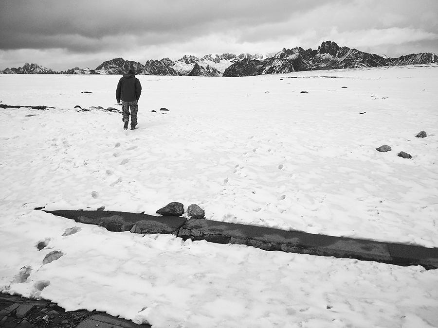 20160322_八美县  走进雪山,茫茫雪原上耸立几座高山.jpg