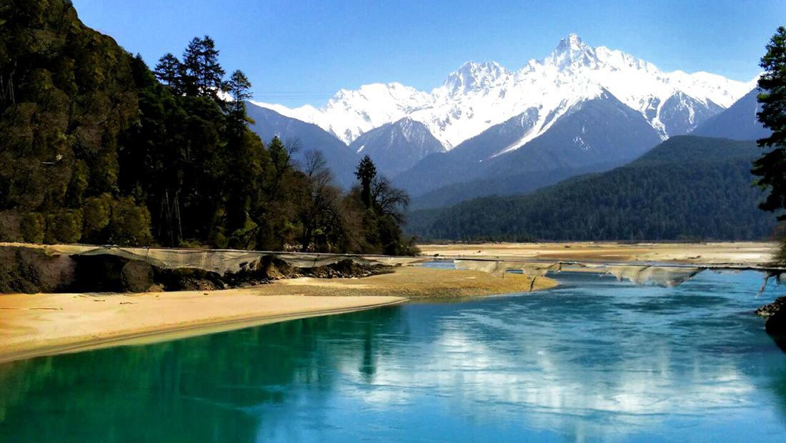 20160325波密县巴卡村,是一个美丽的小山村,三面环山,一面临水.jpg