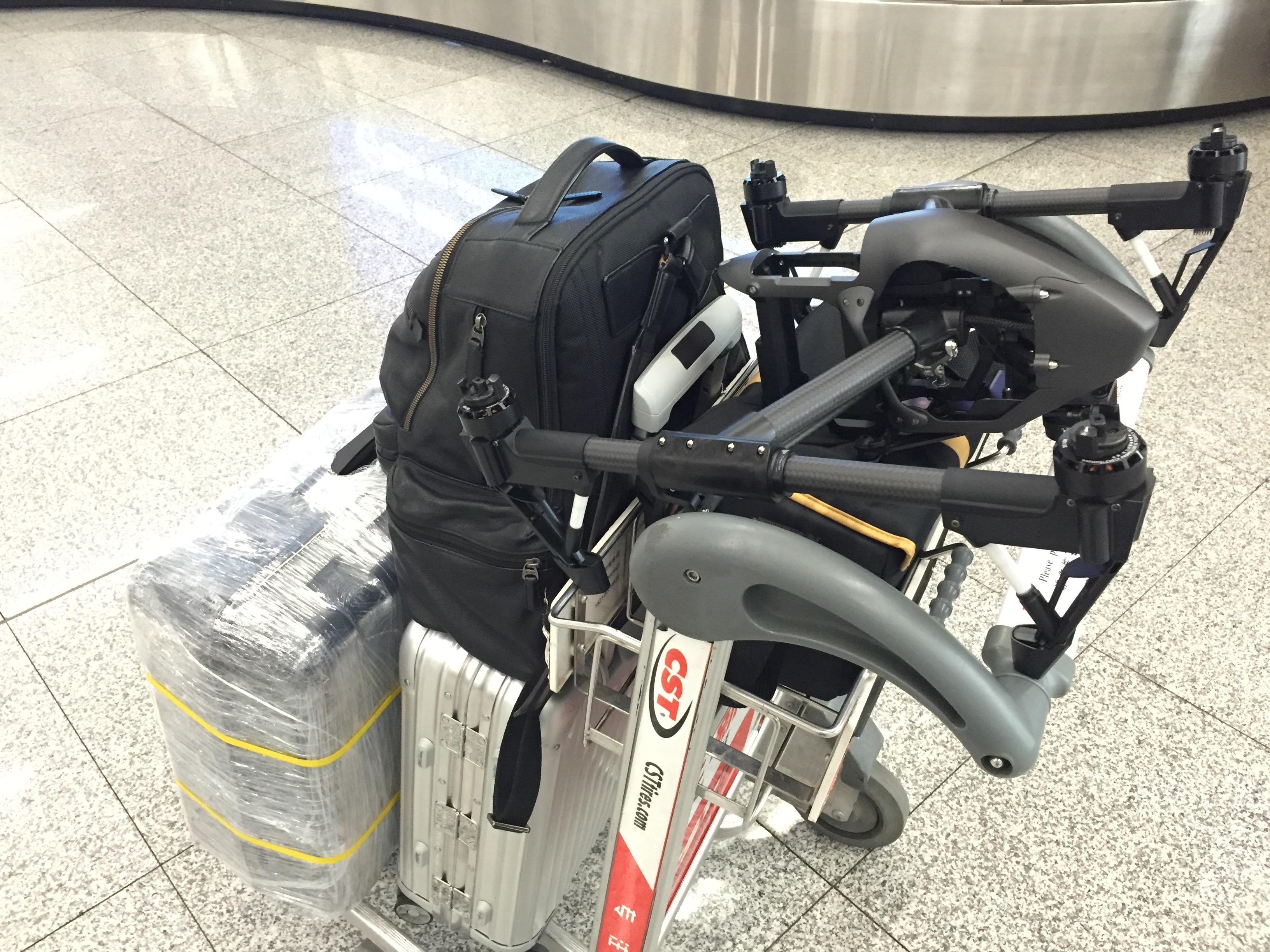 国内航线按规定能随身携带上飞机的行李尺寸为55cm40cm20cm(三边长度相加不超过115cm),国际航班多数为三边尺寸之和不超过158cm。悟的箱子是超过这个尺寸的,所以严格来说是不可以随身携带的。当然,包括我身边的飞友在内,确实有人直接拎上去了,这只能说你碰巧遇上了管理不太严格的机场。昨天我飞的时候机场告诉我从6.