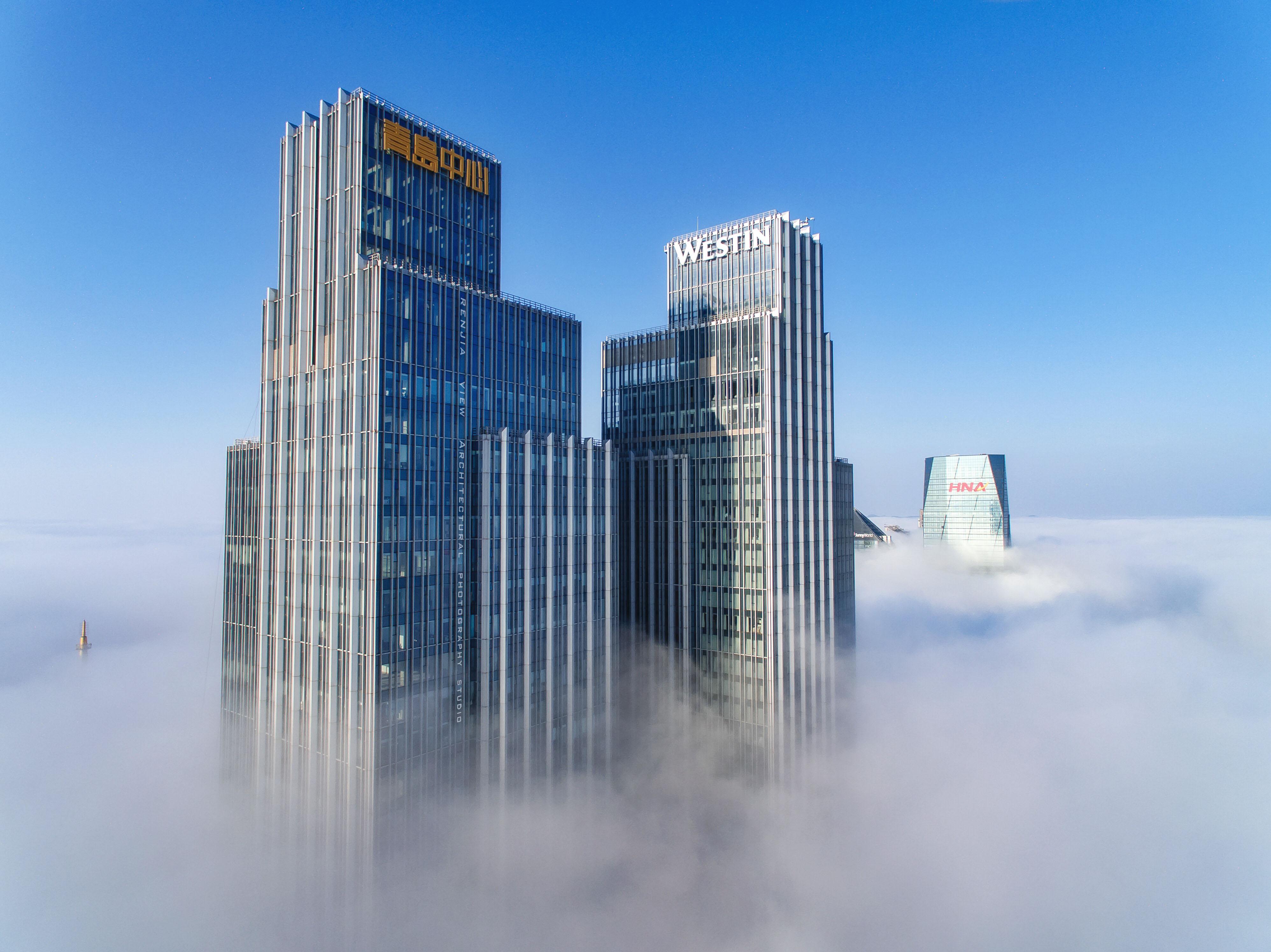 拍摄者:想飞的菜鸡 题目:平流雾 拍摄地点:青岛中心 内容:云里雾里的