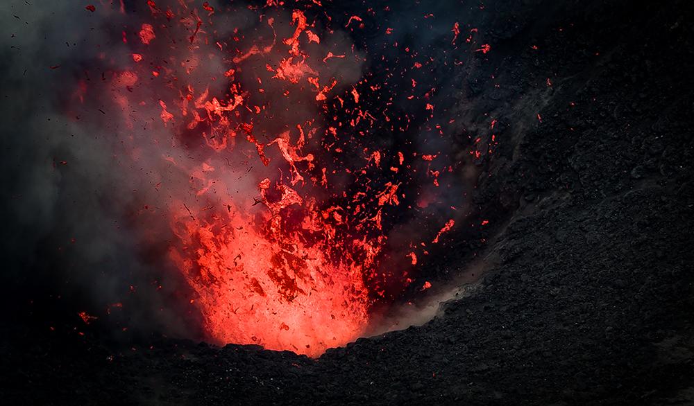 瓦努阿图塔纳岛亚速尔火山口喷射的岩浆-改.jpg