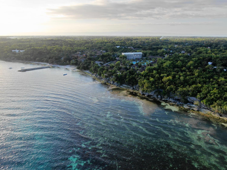 近海清澈见底的菲律宾海岸